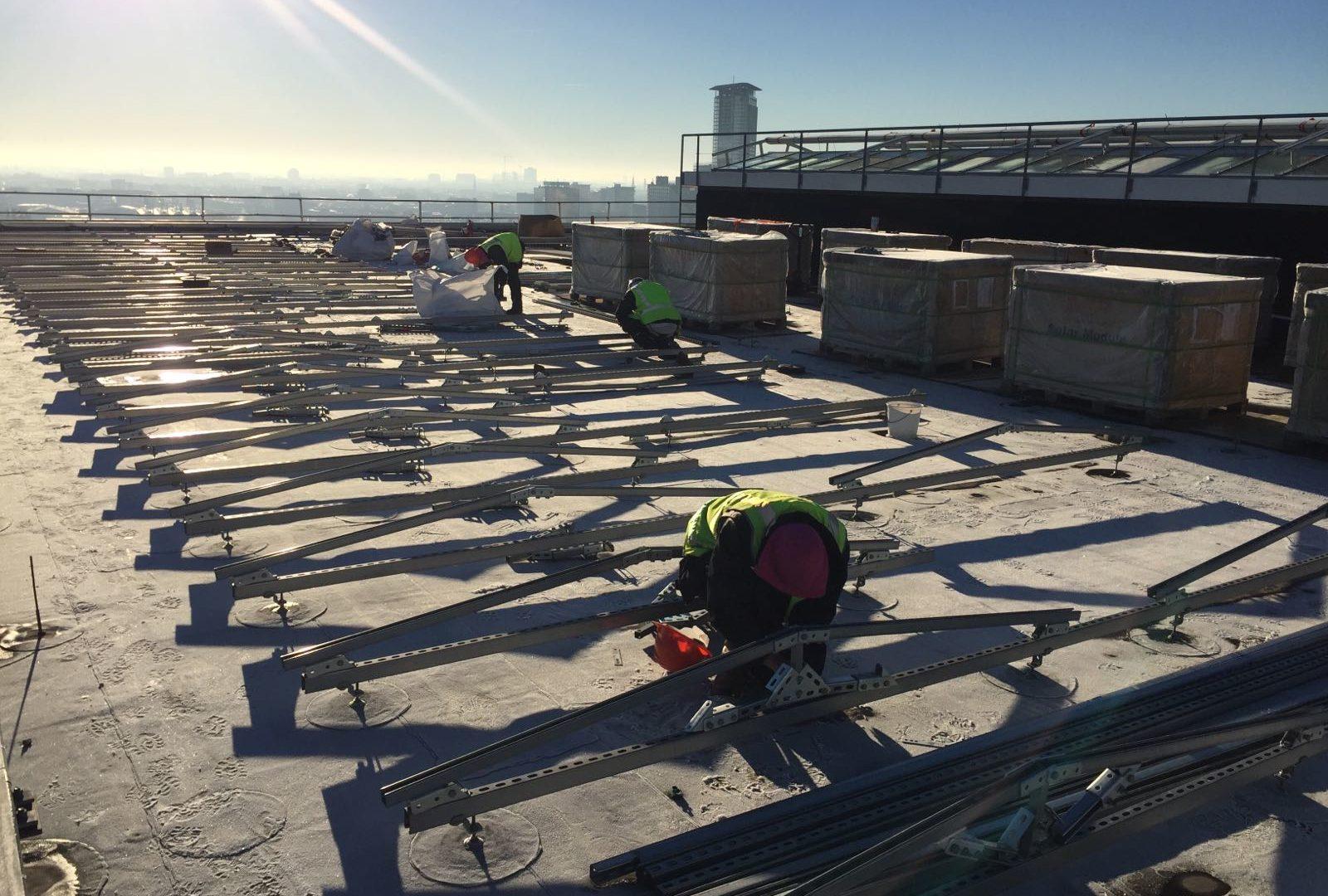 Plaatsen zonnepanelen plak dak
