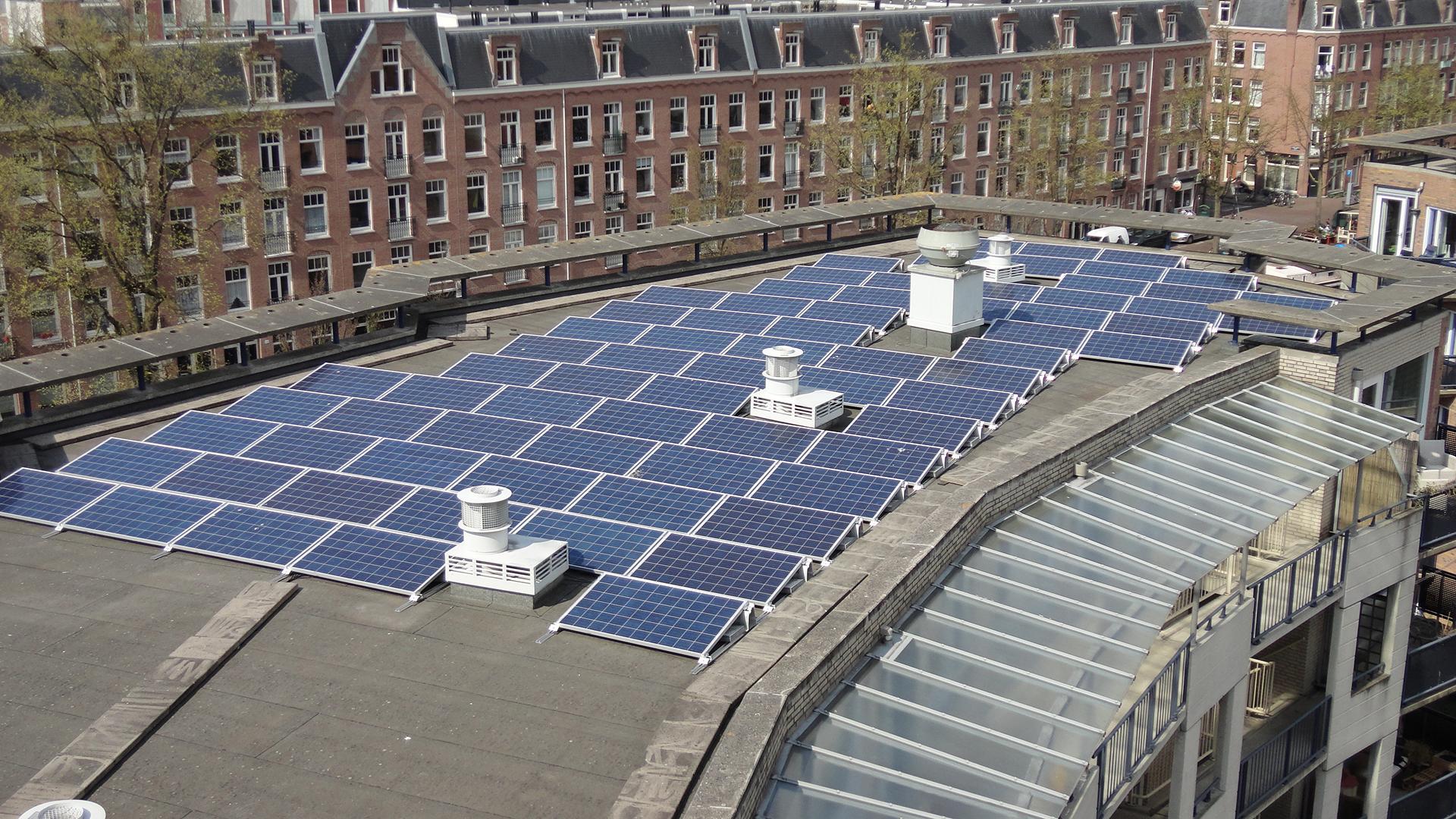 Zonnepanelen woningcomplex Amsterdam